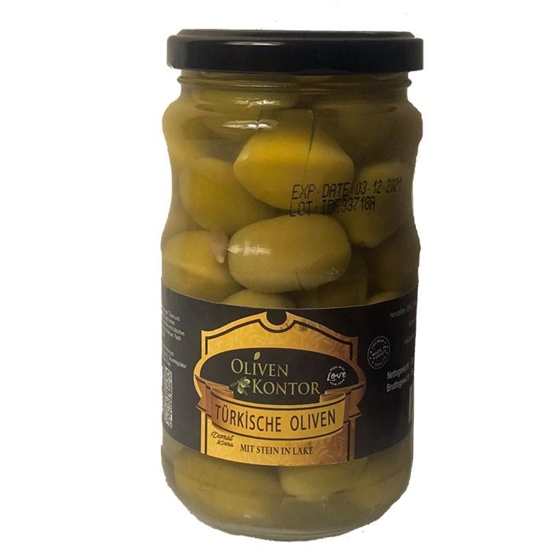 Die grünen Oliven der Sorte DOMAT stammen aus der Türkei. Diese Oliven sind geritzt und mIt Stein in Zitronen Lake